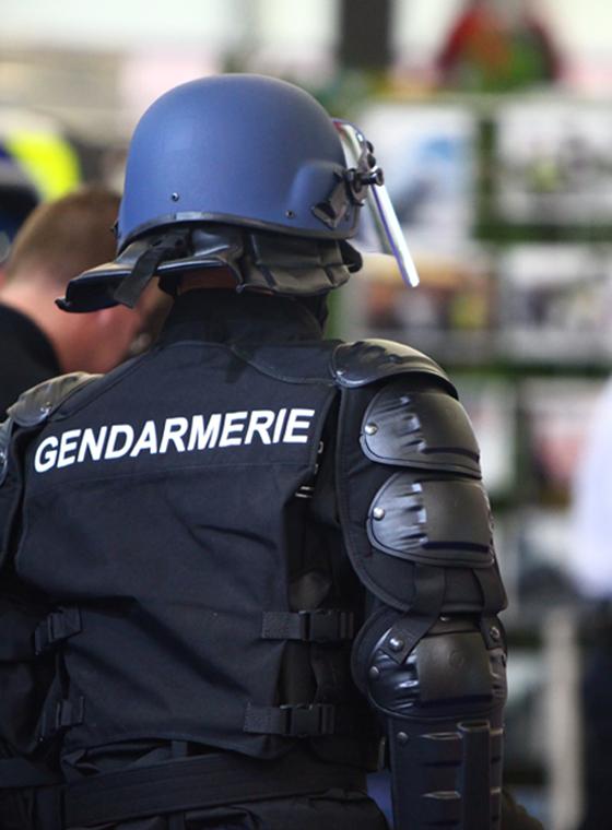 Accessoires et équipements de protection pour policiers et militaires